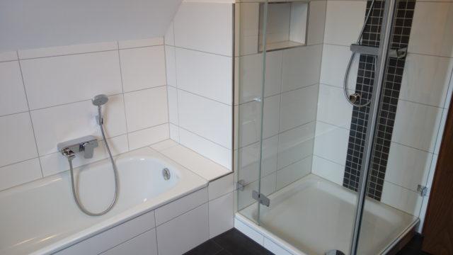 Die Dusche mit Pflegeleichtem Fach für die Duschutensilien.