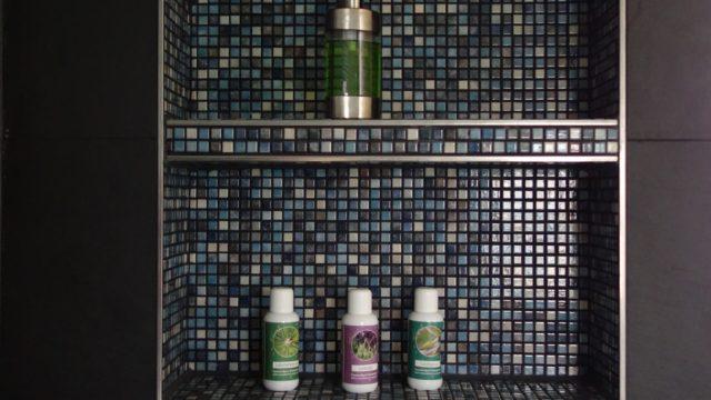 Wasserdichtes Befliestes Fach mit Mosaik im Fugenschnitt, in einem Wellnessbereich