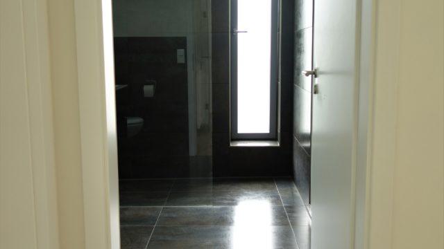 Das Schwellenlose-Badezimmer mit Großformatigen Fliesen