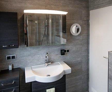 Sehr kleines Badezimmer mit Großformatigen Feinsteinzeug Fliesen