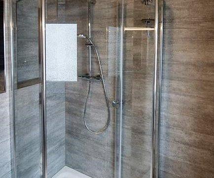 Damals war da die Badewanne jetzt eine Komfortable Dusche und Großformatige Fliesen